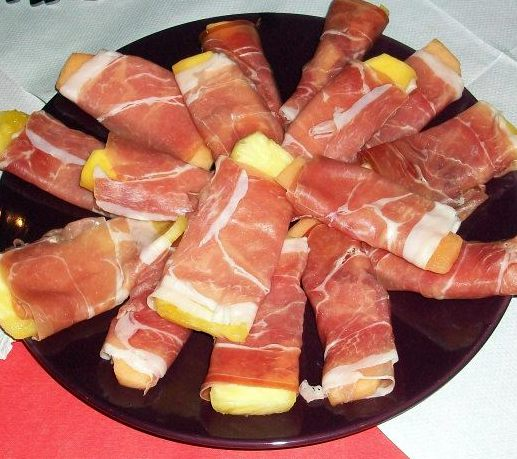 Fruit Slabs in Serrano Ham. As if ham and pineapple was ever going to be anything but a winner! Really nice chunky strips of pineapple, melon or mango wrapped up in a little serrano ham parcel from Paula. This is the kind of food that makes diets doable. Really tasty and satisfying and truly saintly in the macros.